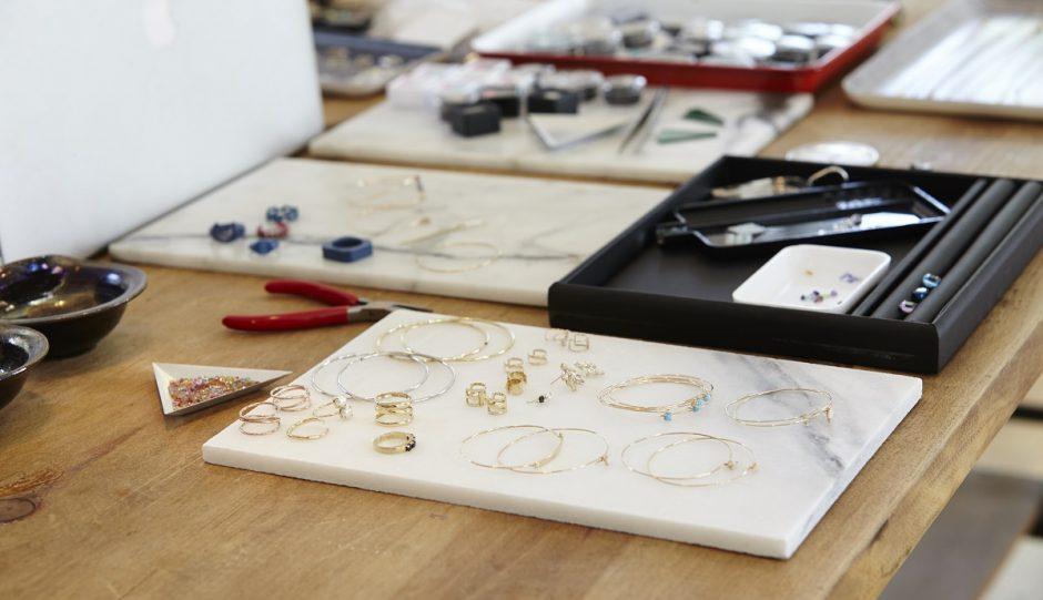 Bijoux de mode: comment se familiariser avec elle